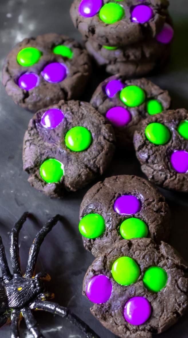 imagem mostrando um doce do halloween halloween-cookies preto com m&m roxo e verde