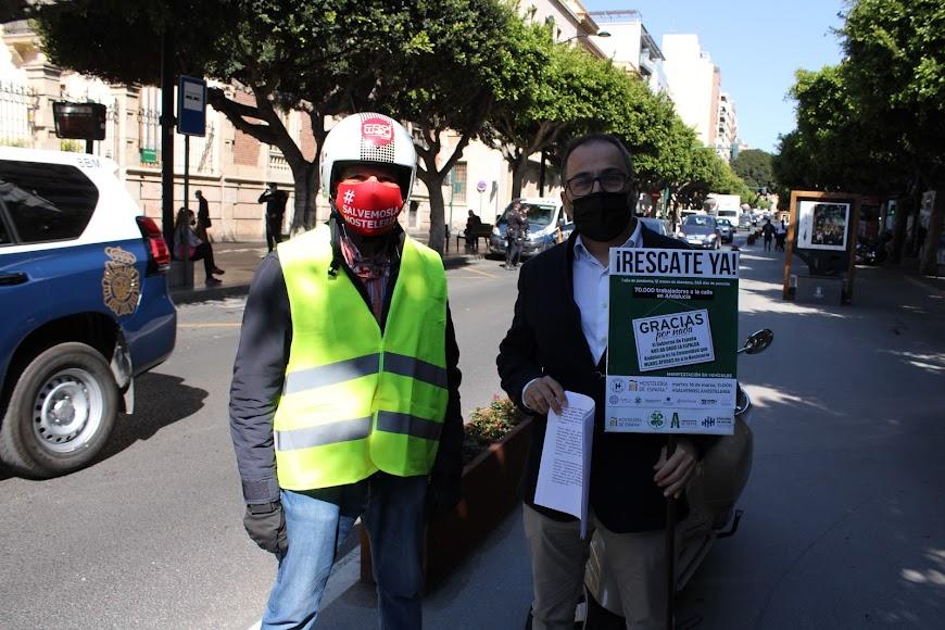 El secretario y el vicepresidente de Ashal junto a los manifestantes en el Paseo de Almería.