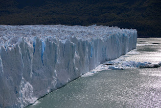 Photo: A long wall of ice that isn't shrinking -- so far!