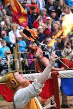 Photo: Gycklarna leker med elden