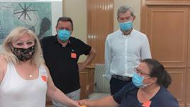 Rosa Hernanz (derecha) junto con Julio Rodríguez (UP) y otras víctimas de polio, durante su encierro en el Ministerio de Sanidad.