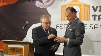 Pepín Liria recibió la insignia de oro del Club Taurino Veratense.