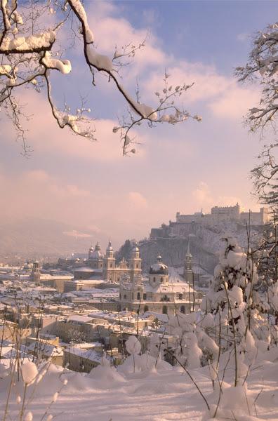 Photo: Die verschneite Altstadt von Salzburg vom Mönchsberg aus gesehen.