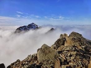 Photo: Vu du Monacofjellet à travers la mer de nuage depuis le sommet du Phillipsfjellet