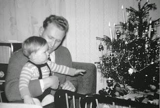 Photo: Weihnachten 1958. Der Vater mit dem damals noch einzigen ,Nachwuchs'. Foto: Christa Jaeckel, verh. Rothe?