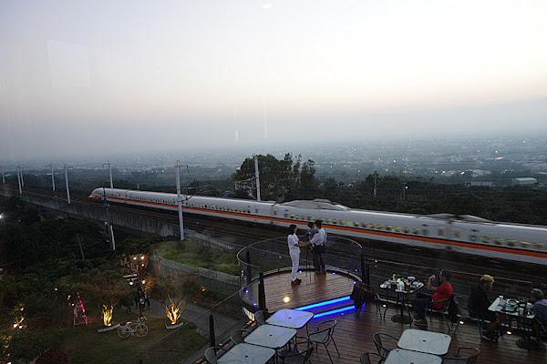 【彰化社頭】最接近高鐵的景觀餐廳,欣賞彰化百萬美景!晚上氣氛優雅美麗,火鍋水準不錯。【社頭銀河鐵道望景餐廳】