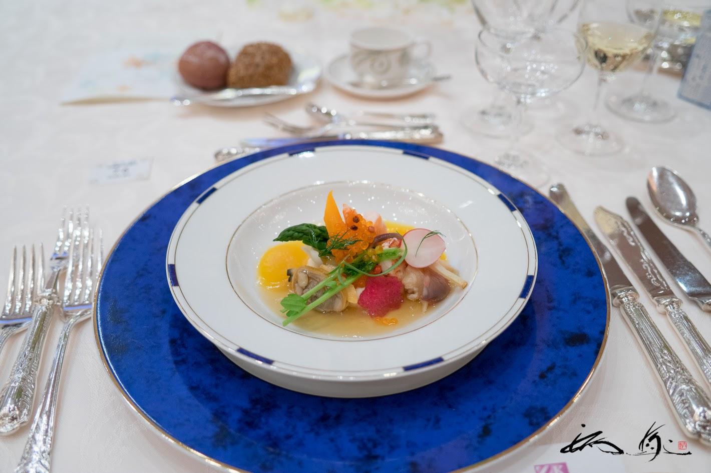 海の幸と野菜のジュレ掛け マンゴー風味のヴィネグレットと越冬馬鈴薯のピュレ添え
