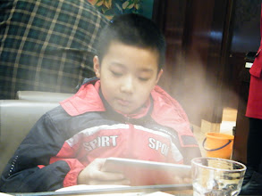 Photo: brought dearest son dined out with fried beef after a sore afternoon waiting before meeting my son, who brought away by his jealous mom, a bitchy small woman. we both liked the food, even son played a lot on his fonepad during dinner. here warrenzh playing android game while food ready.