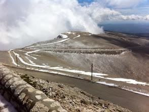 Photo: Jour 4 : Vue en haut du Mont Ventoux. Neige, nuage, vent.