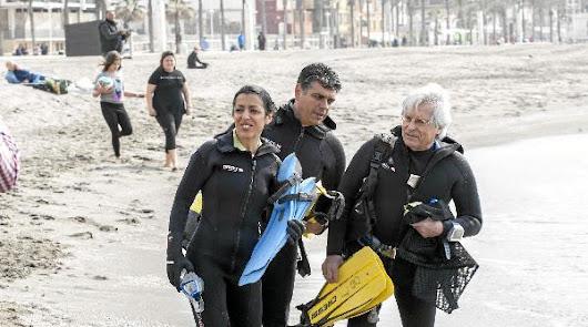 Ciudadanos se moja para limpiar el fondo del mar