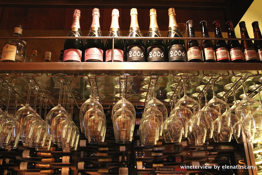 vyne, vyne amsterdam, wine bar, wine bar amsterdam, enoteca, enoteca amsterdam, vino amsterdam, locale amsterdam, vino, wine lovers, wine, wine glass, bar