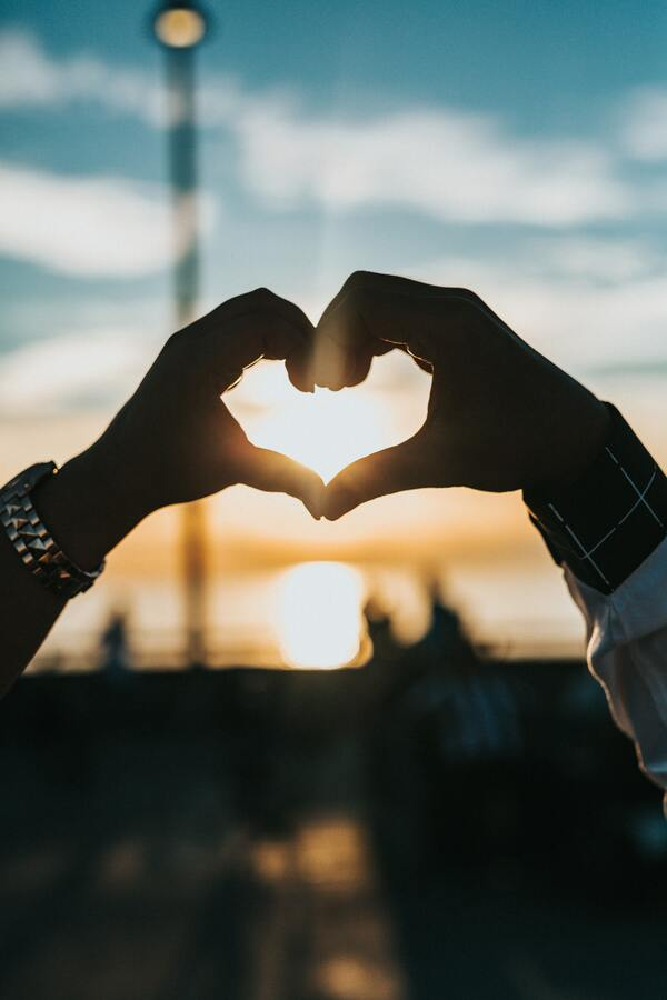foto de duas mãos fazendo um coração