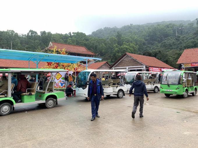 Hệ thống xe điện được đưa vào sử dụng, vận hành sẽ giúp du khách rút ngắn thời gian hành trình từ khu đón tiếp đến chùa Hương từ 2 - 3h trước đây xuống còn khoảng 30 phút.