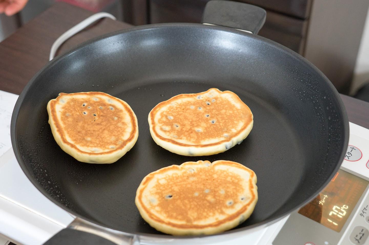 黒千石のもっちりパンケーキ:焼色がついたら、ひっくりかえして焼き上げる