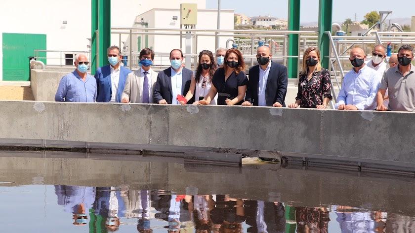 Los invitados a la inauguración visitan las instalaciones de la nueva Estación Depuradora de Aguas Residuales.