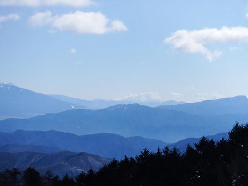 守屋山、奥に茅ヶ岳・大菩薩嶺など