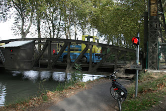 Photo: in hoogte verstelbare brug over het kanaal