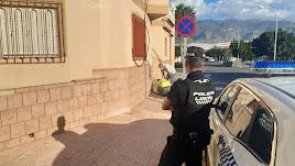 Policía supervisando el trabajo de corte de enganches ilegales.