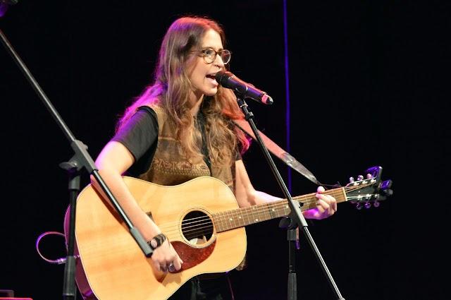 La cantautora almeriense Lena Carrilero actúa este jueves.