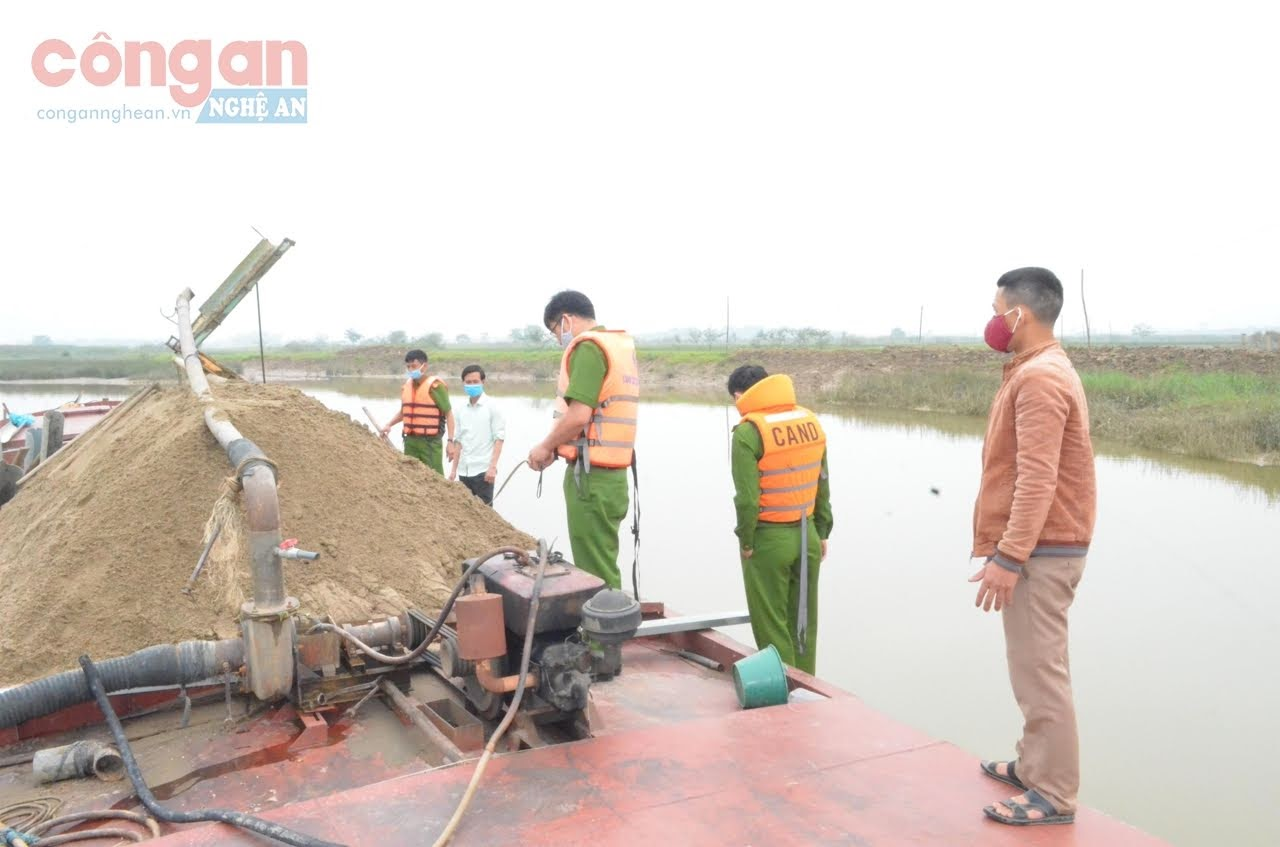 Cán bộ Phòng Cảnh sát Môi trường tiến hành đo khối lượng cát khai thác trái phép
