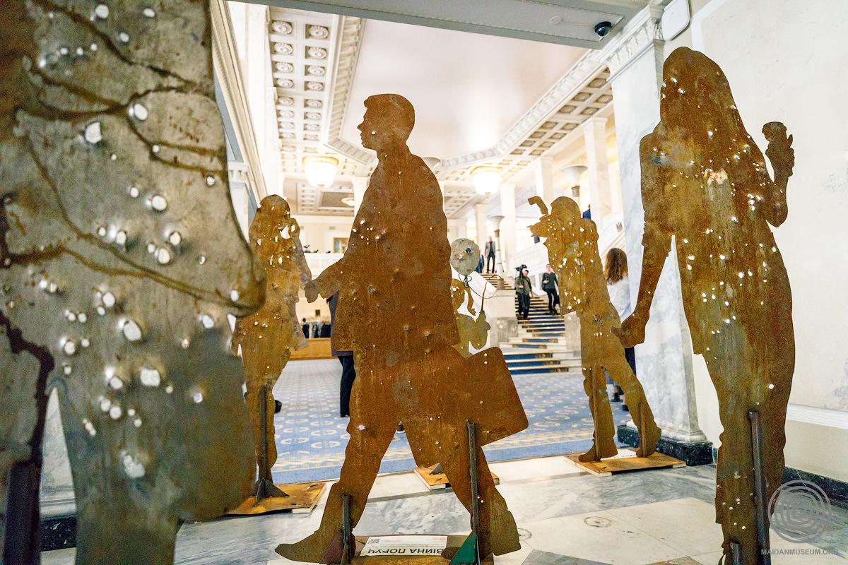 Митець Олесь Кромпляс показав прострілені контури цивільних громадян, аби привернути увагу до того, що наша країна досі змушена вести бойові дії