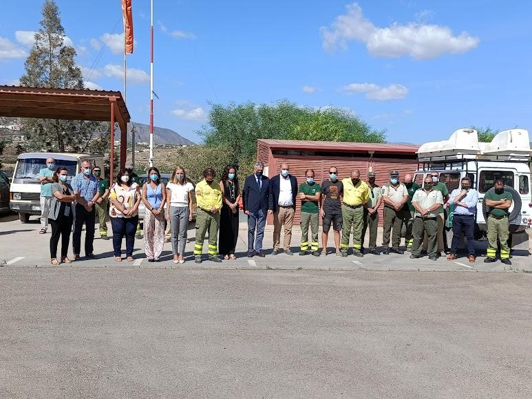Autoridades y miembros del Infoca en el minuto de silencio.