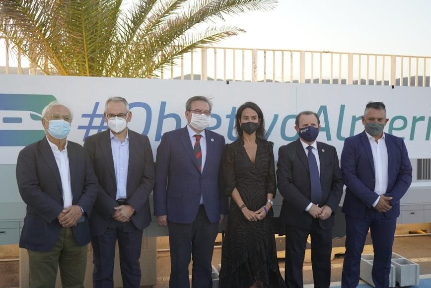 Representantes del Gobierno de España, a su llegada al acto.