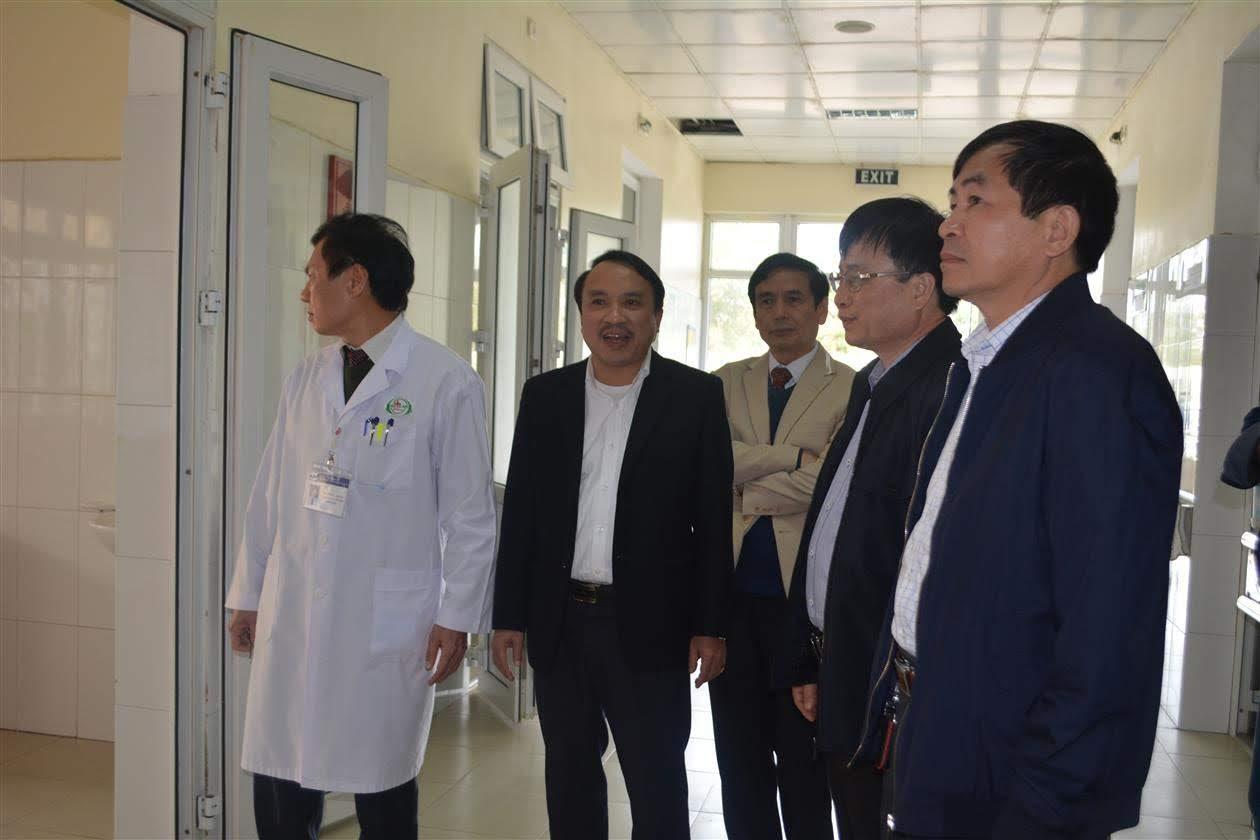 Đồng chí Bùi Đình Long, Phó Chủ tịch UBND tỉnh cùng  đồng chí Dương Đình Chỉnh, Giám đốc Sở Y tế Nghệ An kiểm tra công tác phòng dịch tại Bệnh viện Hữu nghị Đa khoa tỉnh