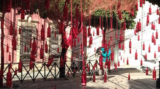 Hilo rojo que une vidas y mensajes en botellas para celebrar San Valentín