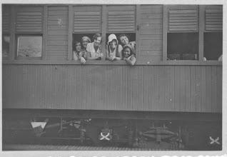 Photo: eindexamenklas in de trein naar Bandoeng Pengalengan