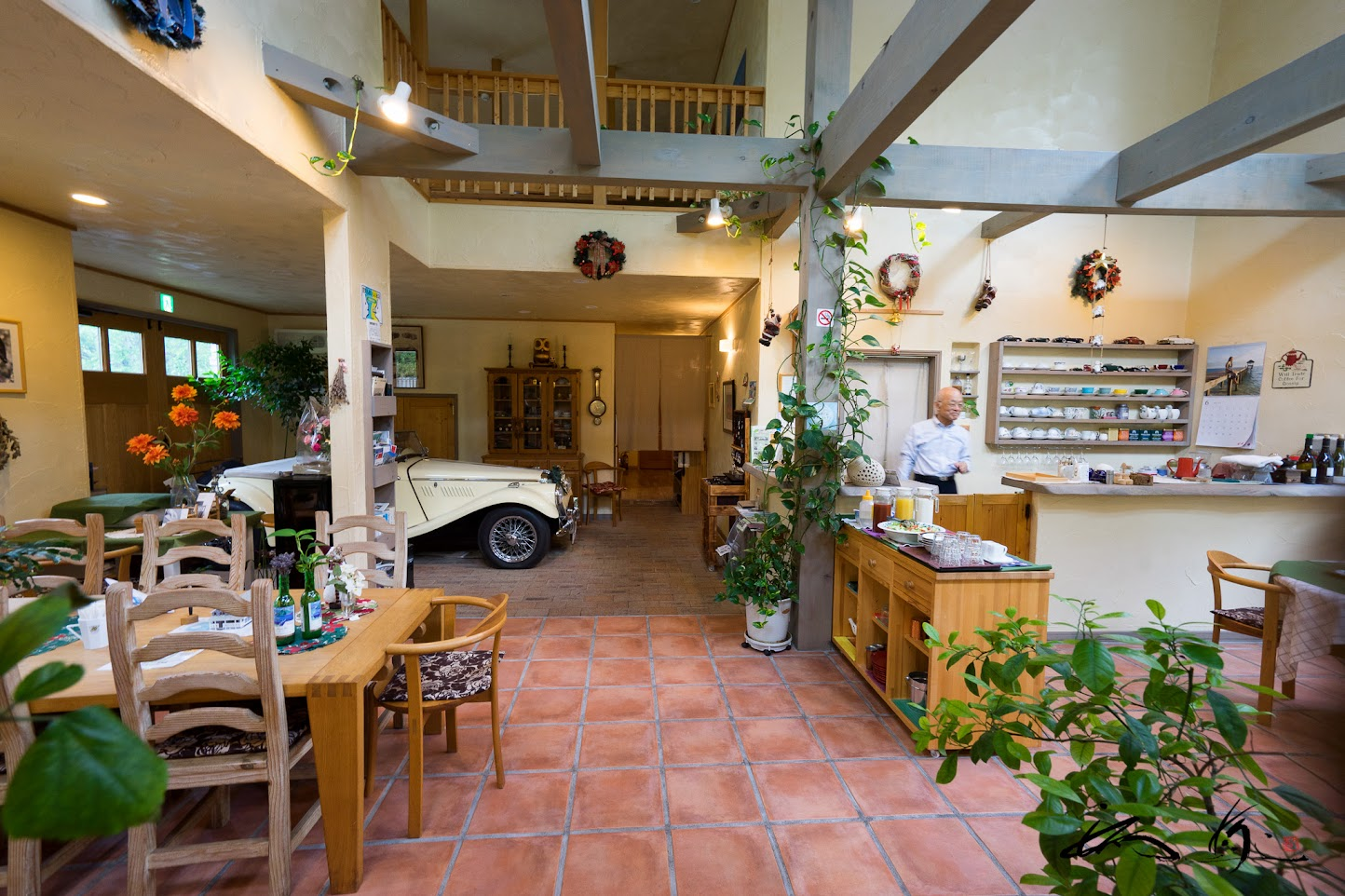 テラコッタタイルの床、漆喰と珪藻土の壁などこどわりの館内