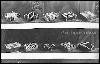 Photo: Zdjęcie reklamowe lub katalogowe rudnickich wyrobów wikliniarskich. Jak widać oprócz typowych koszyków i koszykowych mebli w Rudniku wyrabiano też drobną wikliniarską galanterię, tak jak te widoczne na zdjęciu kasetki (skan zdjęcia z archiwum Rodziny Skoczylasów)