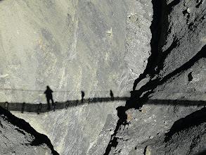 Photo: So mystisch mutet die Querung einer Hängebrücke an.
