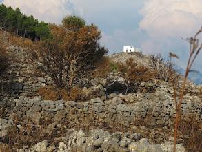 Photo: Cappella di San Costanzo dietro ai muretti a secco di Vetavole