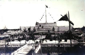 """Photo: Lễ mừng thọ """"tứ thập niên"""" vua Khải Định: Kỳ đài treo cờ hoàng gia ở cột cờ chính và rất nhiều cờ, phướn xung quanh"""