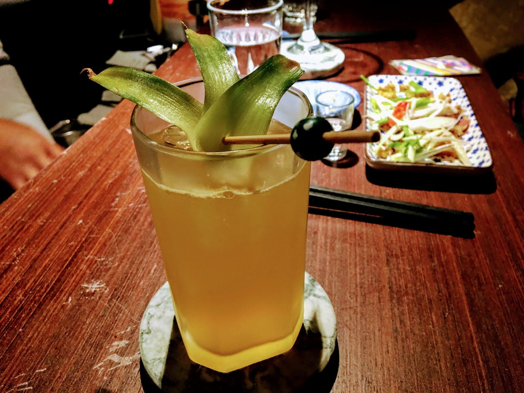 這杯也是特調的,有用甘蔗汁在裡頭,調酒師很細心地說明,不過真的忘記有哪些了QQ