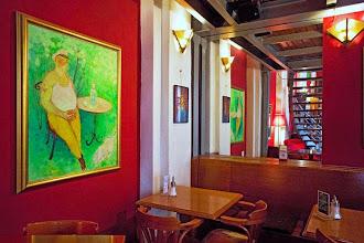 Photo: Domingo de Ruta librera. Hoy viajamos a Praga para conocer Globe Bookstore & Café  Situado en pleno Nove Mesto lo primero que percibimos son los tonos cálidos que proporcionan un acogedor ambiente. Desde 1993 nos podemos acercar a leer un periódico, con prensa internacional, a tomar un café o comer una hamburguesa y, sobre todo, a compara un buen libro. Más de 10.000 volúmenes ser reúnen bajo estos techos abovedados de más de 9 metros de altura que convierten su visita en todo un viaje al pasado, al que se une la experiencia de saber que rápidamente se convirtió en lugar de reunión de artistas y literatos. Cuentan, que es lugar habitual de quienes fueron expatriados de Praga. Lo que si os puedo decir es que si os animáis, posiblemente encontréis una lectura, un cine, una presentación... ¿se puede pedir más? Fotografías: tripadvisor