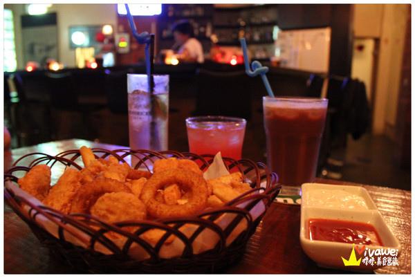 下班後能夠放鬆小酌一杯的小酒館『D&F 音樂餐廳』 苗栗車站 世足賽 電視 調酒 酒吧 啤酒 夜店 PUB 炸物 聊天 凌晨 大學生