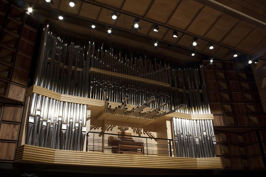 El maravilloso órgano de tubos que se encuentra en la sala Simón Bolívar fue construido por la compañía alemana Orgelbau Klais y donado por la Fundación Polar. Está conformado por tres teclados mecánicos en la consola principal y por un cuarto para tocar con los pies, además de 74 tubos, aleación de estaño, zinc y latón, que permiten el paso del aire para producir sonido.