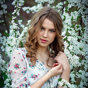 PRIMAVERA by Daniel Kitu - People Portraits of Women ( girl, foto session, feminine, flowers, posture )