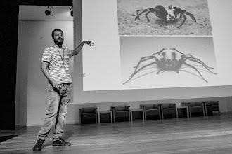 Photo: Lucas nos dice que las arañas están como cabras y hace una demostración con su mano de cómo identificarlas por el movimiento de sus patas.