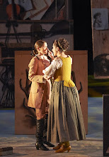 "Photo: Wiener Staatsoper: ""Le nozze di Figaro"" am 16.11.2014. Rachel Frenkel (Cherubino) und Anita Hartig (Susanna). Foto Wiener Staatsoper/ Pöhn"