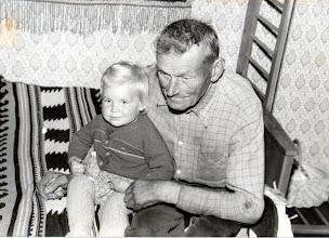 Photo: Kaime pas bočių.Gusčius Julijonas (g. 1905.04.22) su anūke - Stončiūtės Vidos vyriausia dukrele Eglute Donauskaite (g.1986 m.) 1988 m.