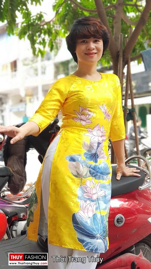 Áo dài cách tân vải gấm hoa sen màu vàng thời trang thủy sài gòn