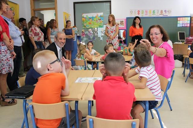 La delegada de Gobierno, Gracia Fernández, y el alcalde de Vera, Félix López, en una clase del Reyes Católicos.