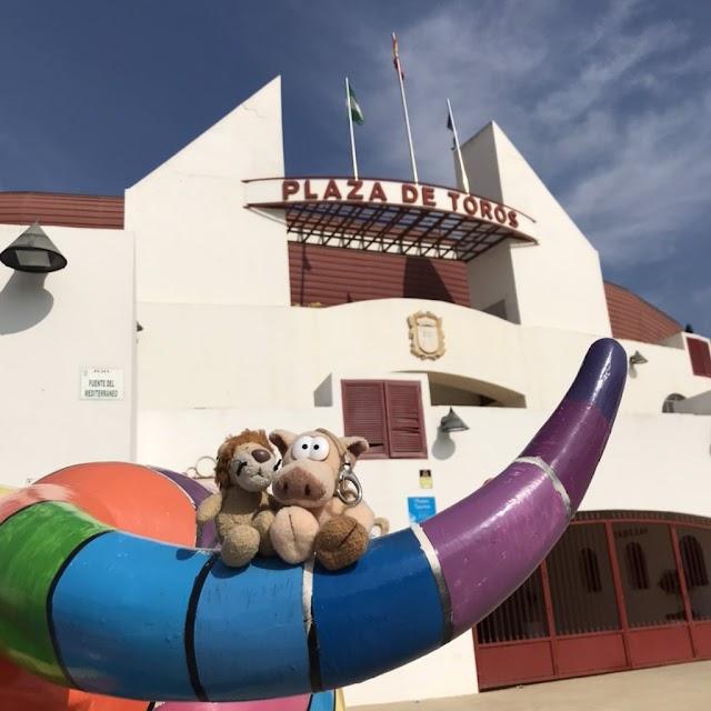 Loewe y un amigo posan en la Plaza de Toros de Roquetas de Mar.