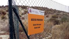Señal del Ciemat, en la valla que delimita los terrenos contaminados.