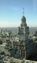 """Photo: """"Lahjataloksi"""" ristimämme talo Montevideossa - vaikka ei sentään taida täällä olla Neuvostoliiton lahjoittamia kaupunkikuvaa hallitsevia isoja (rumia) taloja, kuten Baltian ja muun itä-Euroopan maissa"""