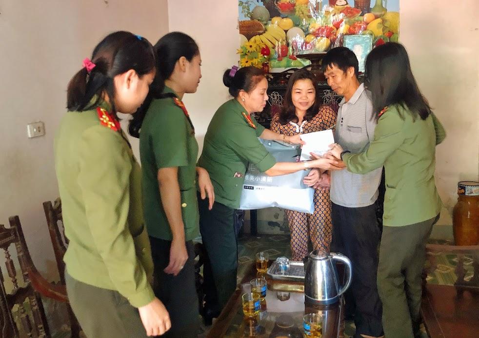 Lãnh đạo, cán bộ Phòng Hồ sơ tặng quà cho gia đình cô giáo Lê Thị Thanh Hồng