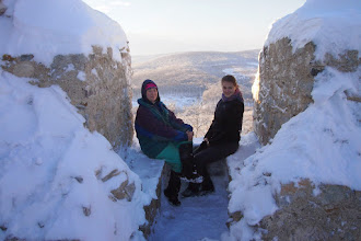 Photo: dámy z hradu Hrušov v okne s gotickou sedíliou čakali na svojich milých